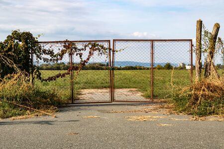 Vecchio cancello invecchiato arrugginito chiuso con lucchetto