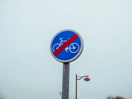 B40 - End of bicycle zone. Road sign indicating the end of the obligatory cycle path or lane, reserved for cyclists.
