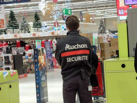 Auchan Security guard in an outlet Éditoriale