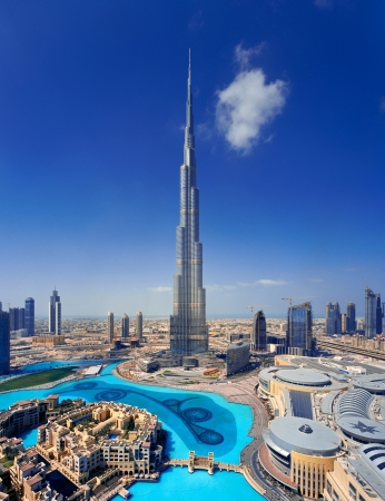 A skyline view of Downtown Dubai, showing the Burj Khalifa and Dubai Mall 에디토리얼