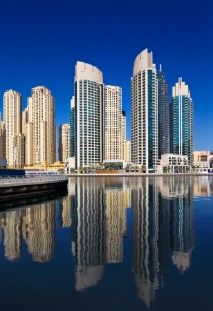 buildings on water: Una vista de Jumeirah Beach Residence, de Dubai Marina, Dubai, Emiratos �rabes Unidos