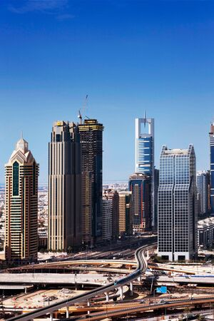 synoniem: Dubai is synoniem met wolkenkrabbers vormen een erewacht langs de Sheikh Zayed Road Afbeelding genomen april 2010