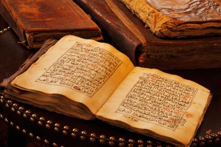 Un Coran à la main ancien script Il est considéré largement comme le plus beau morceau de littérature en langue arabe Banque d'images