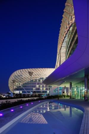 jachthaven: Architectuur in het Midden-Oosten is een speeltuin voor de fantasierijke architecten voor de afgelopen tien jaar Het raster schelp van het Yas Hotel is een iconisch symbool van Abu Dhabi s Grand Prix Redactioneel