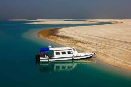 synoniem: The World Islands in Dubai is synoniem met de economische crash van 2009 tot op heden geen belangrijke project is gebouwd op deze eilanden en blijven ze verlaten