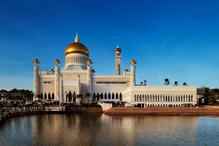 Das Herzstück von Brunei Hauptstadt Bandar Seri Begawan ist der majestätische Sultan Omar Ali Saifuddien Moschee