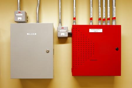 Elektrische schakel-en stroomonderbrekers zijn meestal veilig opgesloten in de controlekamers van nieuwe commerciële gebouwen