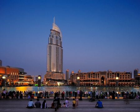 Shoppers leave Dubai Mall to wait for the next performance of the Dubai Fountain, Dubai s number one tourist attraction