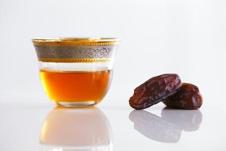 comida arabe: D�tiles secos y t� �rabe son una caracter�stica prominente de esperar una bienvenida t�pica de Arabia