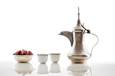 comida arabe: A dallah es una olla de metal con un largo pico