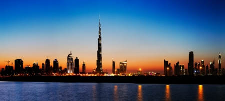 걸프 지역에서 본 황혼 두바이 스카이 라인, 셰이크 자이드로드 (Sheikh Zayed Road)의 스카이 스크레이퍼를 보여줍니다