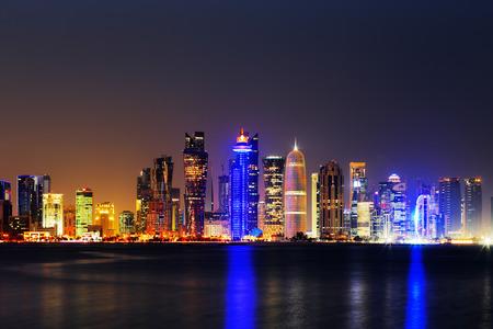 Doha, Katar, in der Abenddämmerung ist eine schöne Stadt Skyline von beeindruckenden zeitgenössischen Architektur Editorial