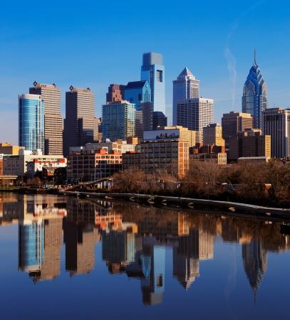 필라델피아: A picturesque image of the City of Philadelphia, is reflected in the still waters of The Scullykill River, as seen from the South Bridge
