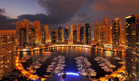 Dubai, Verenigde Arabische Emiraten Een weergave van Dubai Marina bij Schemer toont talrijke wolkenkrabbers van JLT