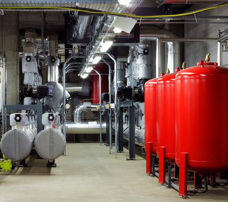 seguridad industrial: Salas de máquinas mecánicas y eléctricas son son una muy sofisticados centros para el control de la calefacción eficiente y refrigeración de los edificios modernos Foto de archivo
