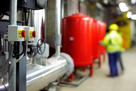 Mechanische en elektrische installaties kamers zijn een zeer geavanceerde centra voor het efficiënt aansturen van verwarming en koeling van moderne gebouwen