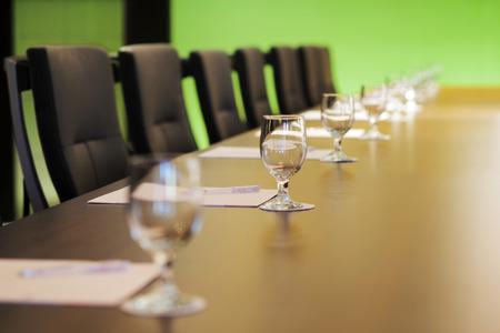 De boardroom tabel is ingesteld voor de Jaarlijkse Algemene Vergadering
