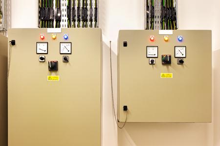 tablero de control: Salas de máquinas eléctricas de control son una parte necesaria de cada edificio nuevo. Controlan calor, recuperación de calor, aire acondicionado, luz y fuente de alimentación eléctrica Foto de archivo