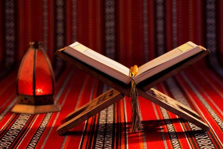 """różaniec: Koran dosłownie oznacza """"recytację"""", jest centralnym tekst religijny islamu, który muzułmanie wierzą być objawieniem od Boga lub Allaha Zdjęcie Seryjne"""