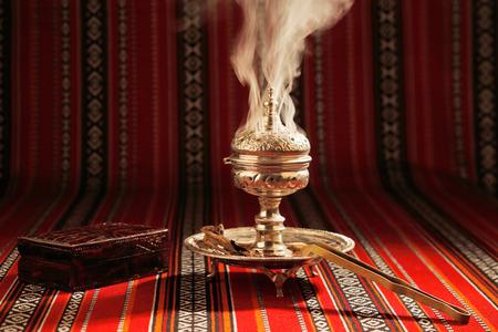 incienso: Bujur se suele quemar en un Mabkhara, un quemador de incienso tradicional Foto de archivo