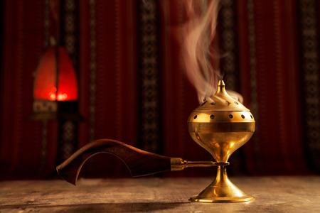 Bukhoor는 일반적으로 mabkhara에서 연소되어, 전통적인 향 버너