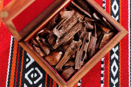 incienso: bujur, ladrillos o pedazos de madera perfumada