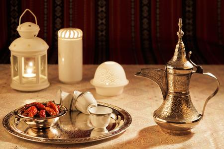 Iconic Abrian Gewebe wird mit Symbolen von Arabien zierte, insbesondere arabischen Tee und Datteln, symbolisieren sie arabische Gastfreundschaft. Standard-Bild - 34570143