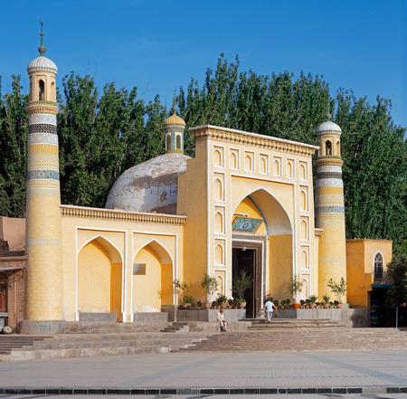 Id Kah 모스크, Kashgar, 신장, 중국. 이것은 중국에서 가장 큰 회교 사원이다. 아시아에 거주하는 투르크 인종 그룹 인 위구르족 지역 주민을위한 예배의 중심지입니다. 스톡 콘텐츠 - 34598799