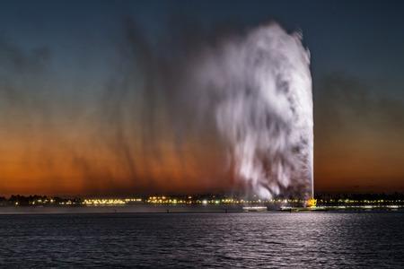 jet stream: La Fuente del Rey Fahd, también conocida como la Fuente de Jeddah, es una fuente en Jeddah, Arabia Saudí, la más alta de su tipo en el mundo Foto de archivo