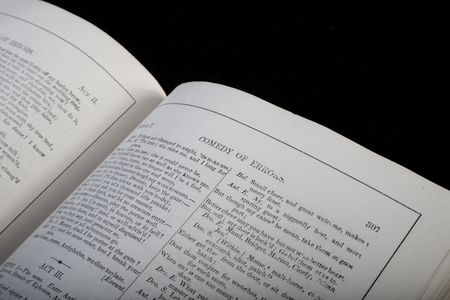 Antiek boek met toneelstukken van Shakespeare gepubliceerd in 1893, open voor Comedy of Errors