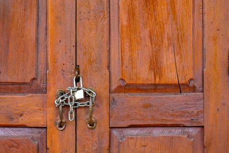 a locked up natural wood door 免版税图像