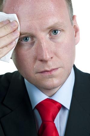 sudando: Empresario sudoroso Limpieza de la frente