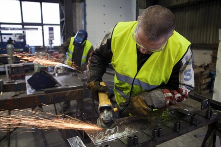 工房 - グラインダーを使用して 2 つの男性