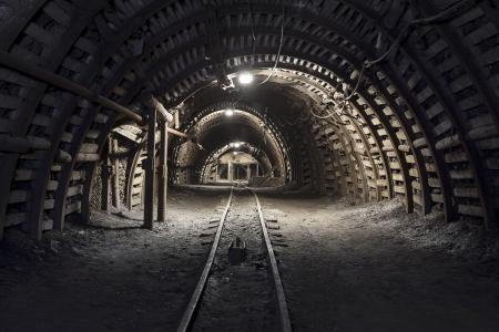 지하에: Minery에있는 지하 터널, 조명 스톡 사진