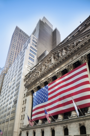 new york stock exchange: Bandiera americana al di fuori del New York Stock Exchange e grattacieli