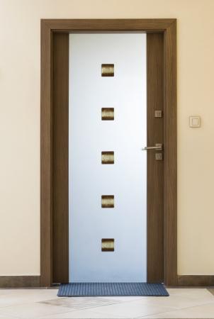 fermer la porte: Porte en verre moderne - bois et de verre glac� Banque d'images