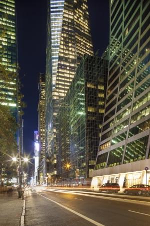 personas en la calle: Rascacielos de Manhattan Midtown, cerca de la calle Bryant Park Foto de archivo