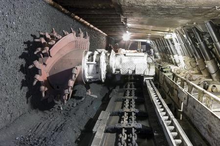 miner�a: Longwall Miner�a: Shearer, con dos tambores giratorios de corte y soportes de techo movible accionado hidr�ulico llamado escudos. Foto de archivo