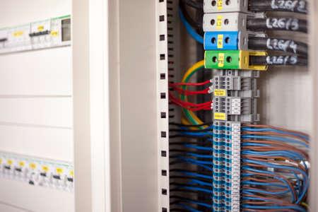 tablero de control: Un mont�n de cables en un panel de control Foto de archivo