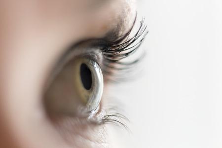 Cierre plano de un ojo verde mirando a un lado Foto de archivo