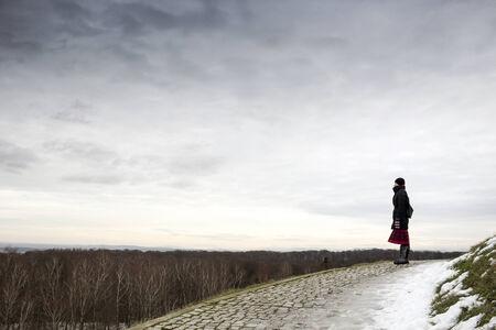 Unsinn: Junge Frau, die alleine auf Pilsudski Mound