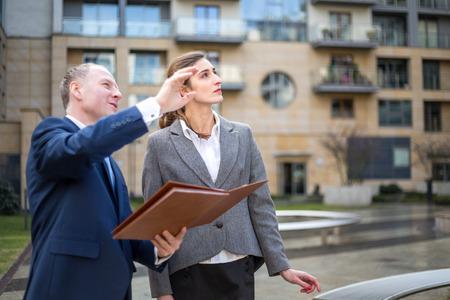 ?real estate?: Agente de bienes ra�ces que presenta nuevo apartamento Foto de archivo