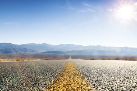 Camino recto a través de Death Valley, California, EE.UU. Foto de archivo - 37911649