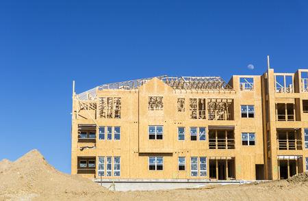 Vivienda multifamiliar grande en construcción contra el cielo azul Foto de archivo - 41715595