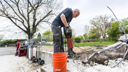 presslufthammer: Starke Arbeiter auf dem Hof ??mit Bohrhammer