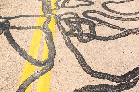 clavados: Carreteras muchas horas fijadas con tar Foto de archivo