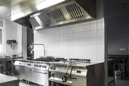 cucina moderna: Cucina industriale moderno, bianco e interno d'argento Editoriali
