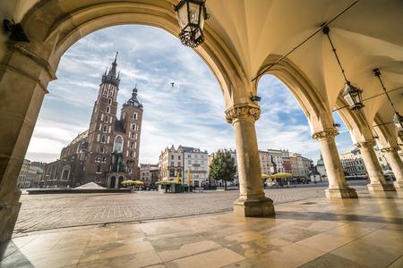 cuadrados: Histórica plaza del mercado de Cracovia por la mañana, Polonia Foto de archivo