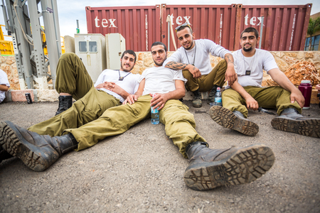 Monte Carmelo, Israel - 28 de octubre de 2015: los soldados israelíes que descansan en el Monte Carmelo. Estaban instalando banderas antes de la bicicleta racein esa zona.
