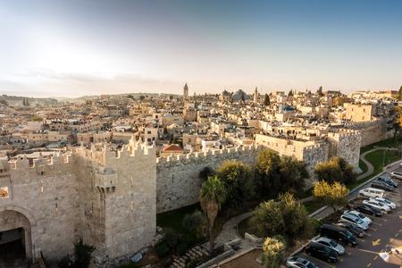 Panoramę Starego Miasta w Jerozolimie z Bramy Damasceńskiej, Izrael. Bliski Wschód